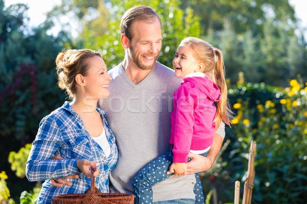 Rodziny ogród matka ojciec córka kobieta Zdjęcia stock © Kzenon