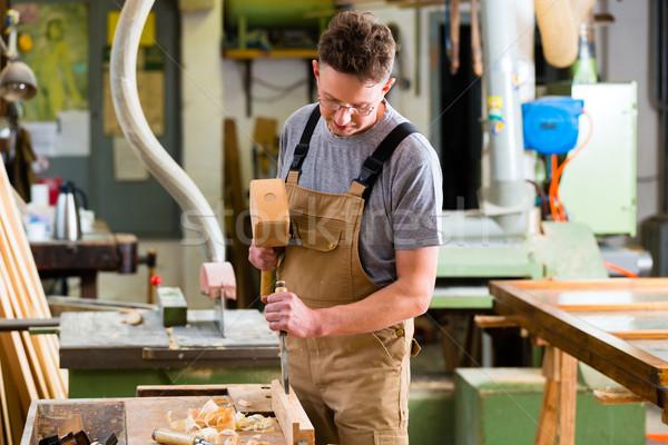 Timmerman beitel hamer handen hand werk Stockfoto © Kzenon
