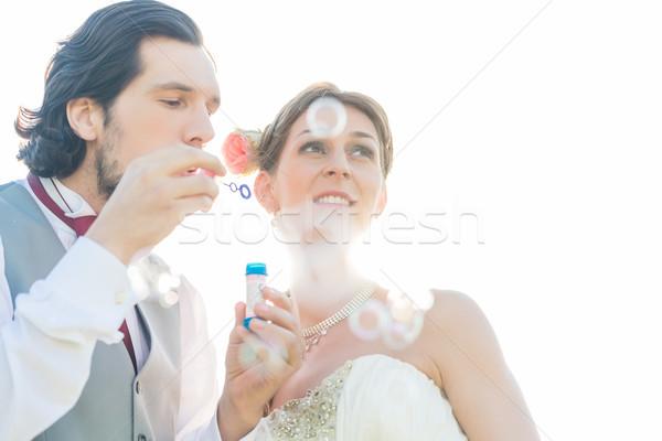 Bruiloft paar zeepbellen buiten vrouw Stockfoto © Kzenon