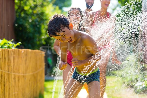 Família resfriamento para baixo borrifador jardim água Foto stock © Kzenon