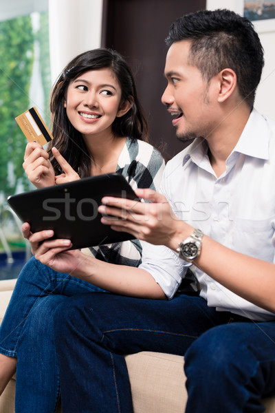 Indonéz pár elektronikus vásárlás tabletta nő Stock fotó © Kzenon