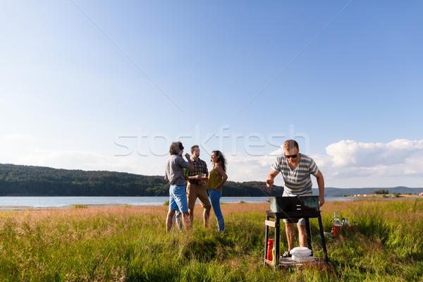 Młodych ludzi BBQ jezioro gang młodych mężczyzn Zdjęcia stock © Kzenon