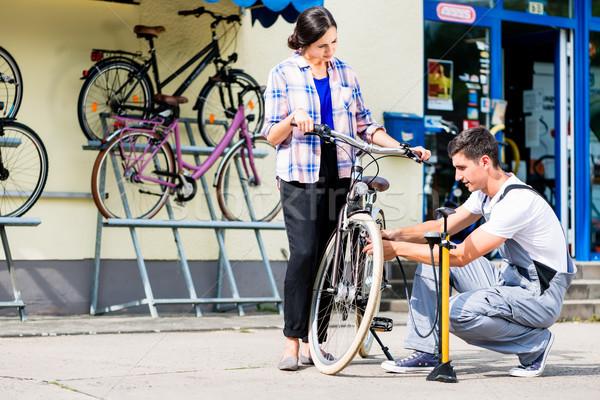 Fiets monteur fiets band klant workshop Stockfoto © Kzenon