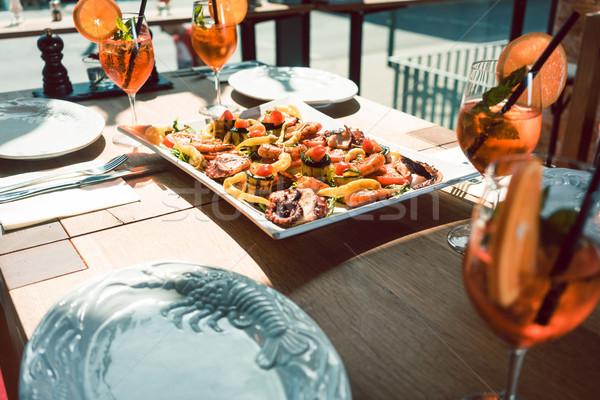 Vers zeevruchten geserveerd oranje cocktails tabel Stockfoto © Kzenon