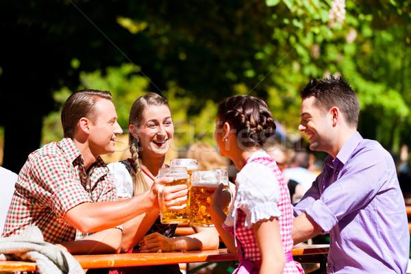Stockfoto: Twee · gelukkig · paren · vergadering · bier · tuin