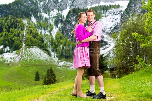 Heureux couple alpine prairie traditionnel robe Photo stock © Kzenon