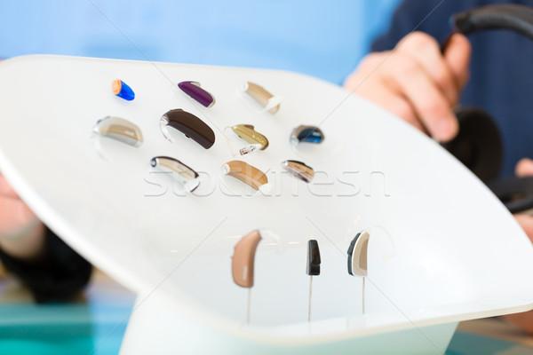 Aparat słuchowy prezentacji tabeli kobieta technologii Zdjęcia stock © Kzenon