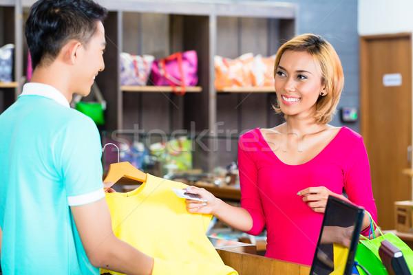 Asiático mulher comprar moda armazenar Foto stock © Kzenon