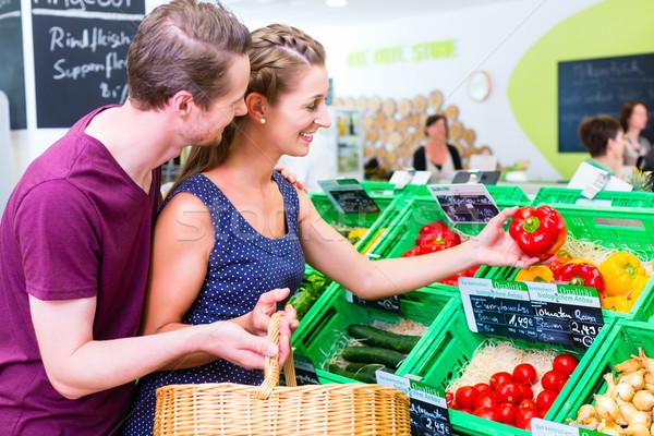 Pár kiválaszt zöldségek sarok bolt piros paprika Stock fotó © Kzenon