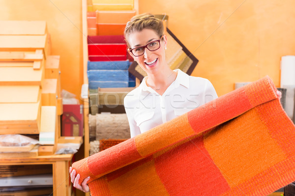 Belsőépítész vásárol szőnyeg lakásfelújítás bolt bolt Stock fotó © Kzenon
