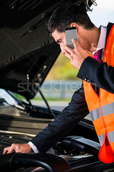 Adam araba motor sorunları çağrı tamir Stok fotoğraf © Kzenon