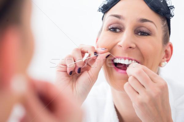 Vrouw schoonmaken tanden flosdraad oog Stockfoto © Kzenon