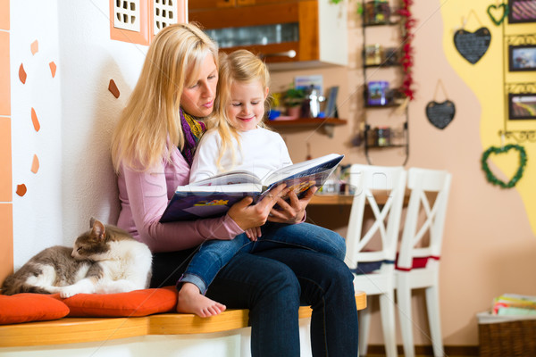 Anya olvas éjszaka történet gyerek otthon Stock fotó © Kzenon