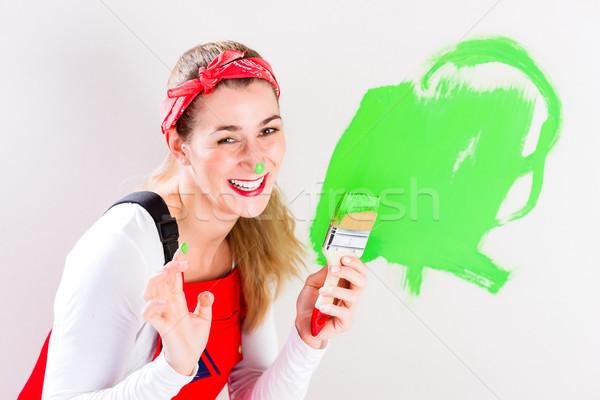 Foto stock: Mulher · pintura · parede · melhoramento · da · casa · verde
