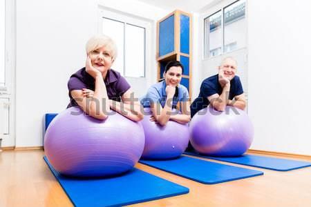 Mutat idős pár tornaterem labda csoport fizioterápia Stock fotó © Kzenon