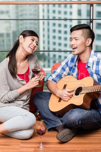 Mozog együtt fiatalember szeretet dal város Stock fotó © Kzenon