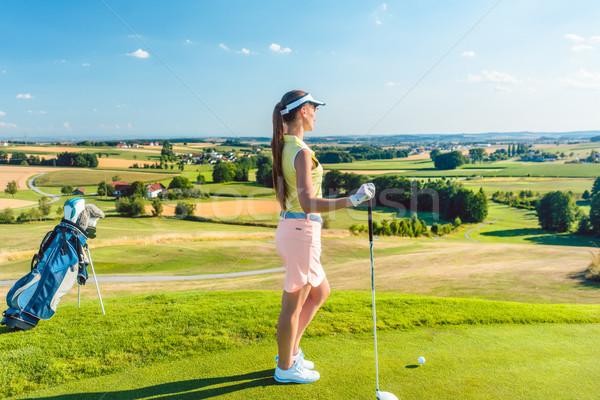 Fitt nő néz horizont zöld fű golfpálya Stock fotó © Kzenon