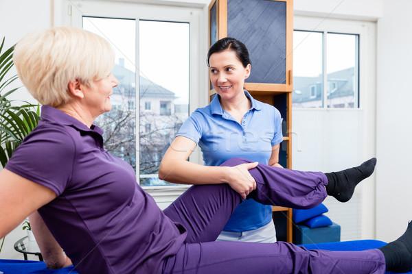 реабилитация женщины пациент терапевт колено совместный Сток-фото © Kzenon