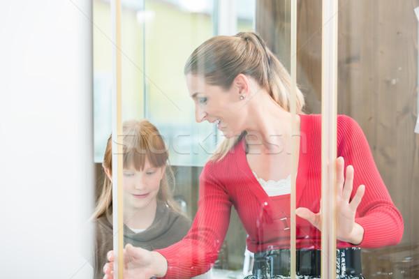Wesoły kobieta córka patrząc prysznic kabiny Zdjęcia stock © Kzenon