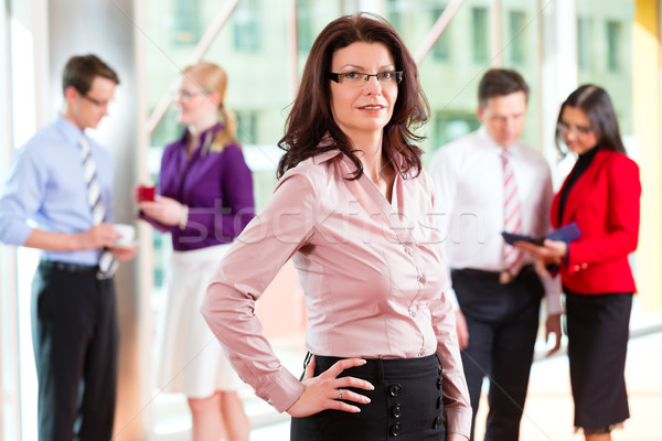 Gens d'affaires équipe bureau femme regarder affaires Photo stock © Kzenon