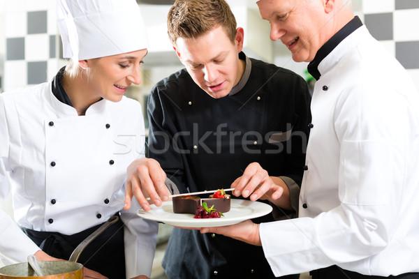 Szakács csapat étterem konyha desszert együtt dolgozni Stock fotó © Kzenon