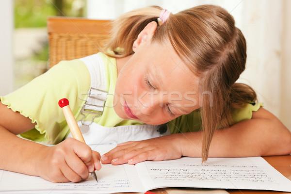 Kind huiswerk schoolmeisje school schrijven schrift Stockfoto © Kzenon