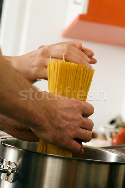 Man koken pasta paar handen spaghetti Stockfoto © Kzenon