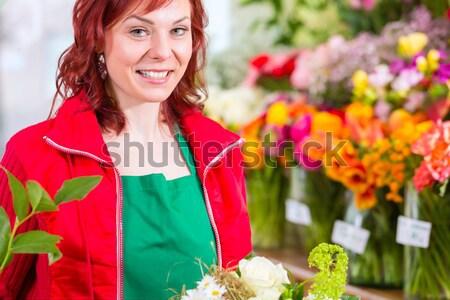 Floristin mit Pflanzen Lieferung vor Laden Stock photo © Kzenon