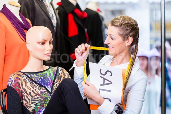 Lojista trabalhando promoção de vendas venda assinar Foto stock © Kzenon