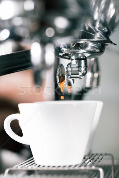 Barista café máquina mão copo homem Foto stock © Kzenon