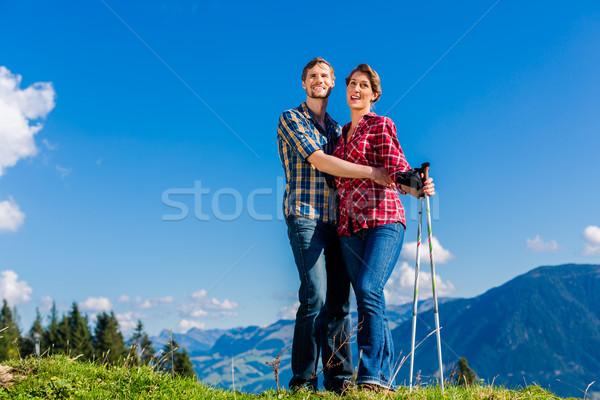 Casal ver caminhadas alpino montanhas Foto stock © Kzenon