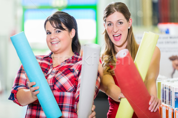Nők lakásfelújítás bolt választ tapéták fiatal nők Stock fotó © Kzenon
