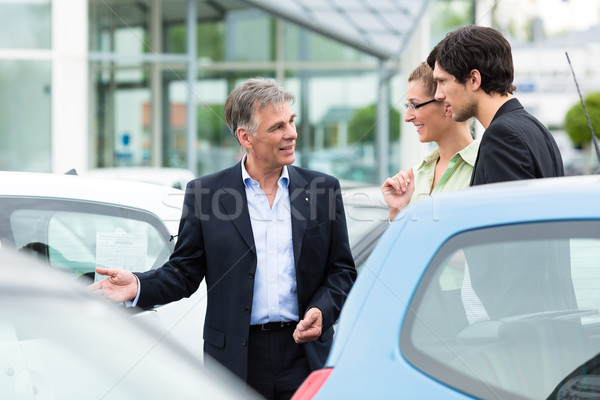 Para patrząc samochodu sprzedawca dojrzały Zdjęcia stock © Kzenon