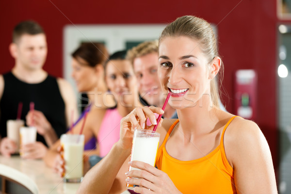 Pessoas potável proteína tremer exercício ginásio Foto stock © Kzenon