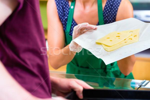 Elarusítónő pult felajánlás sajt organikus áruház Stock fotó © Kzenon