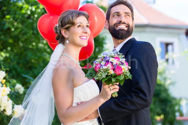 Menyasszony vőlegény esküvő olvas hélium léggömbök Stock fotó © Kzenon