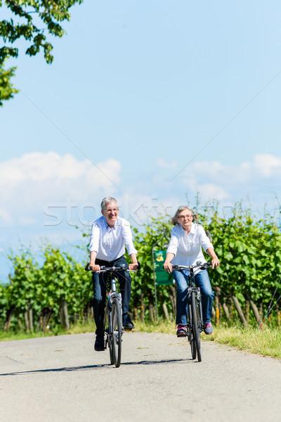 Zdjęcia stock: Starszy · kobieta · człowiek · piknik · łące · rowerów