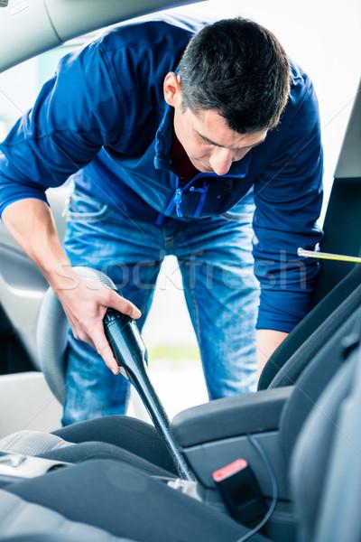 Fiatalember vákuum takarítás belső autó fiatal Stock fotó © Kzenon