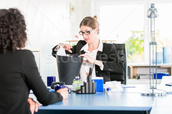 Nő iroda néz elveszett levélpapír tároló Stock fotó © Kzenon