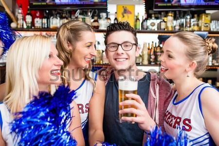 Aficionados equipo deportivo viendo juego bar potable Foto stock © Kzenon