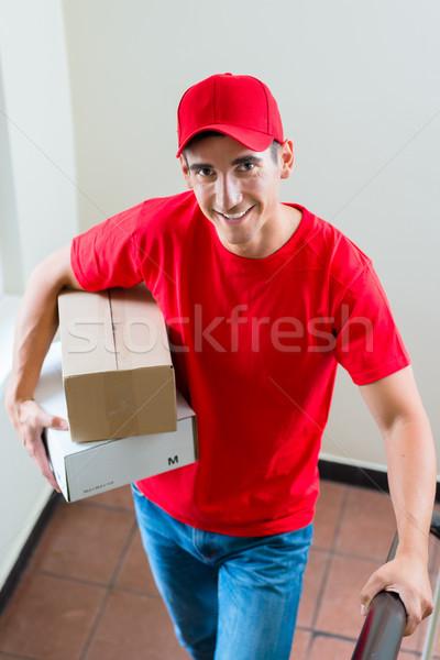 Mensajero rojo uniforme cartón cajas Foto stock © Kzenon