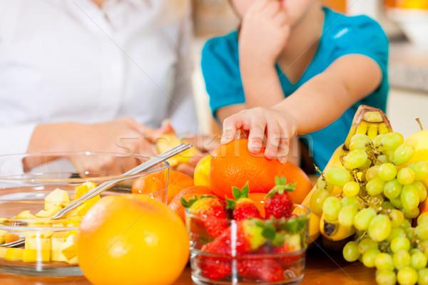 Anne çocuk meyve sağlıklı beslenme oturma mutfak Stok fotoğraf © Kzenon
