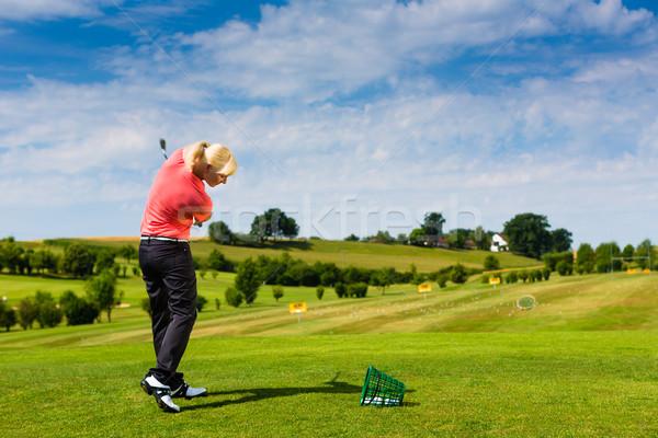 Fiatal női golfozó vezetés terjedelem golf Stock fotó © Kzenon