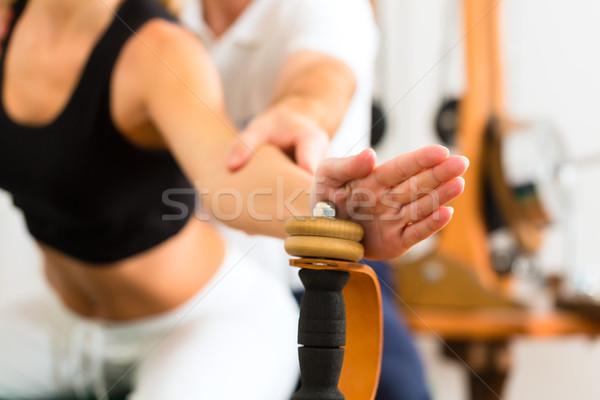 Patiënt fysiotherapie man hout oefening Stockfoto © Kzenon