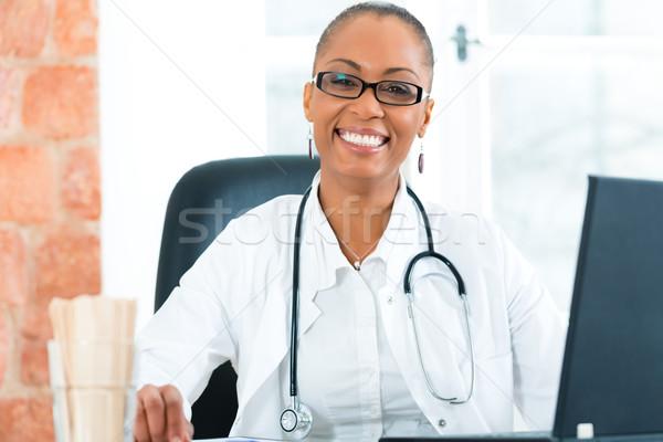 Foto stock: Retrato · jóvenes · femenino · médico · clínica · negro