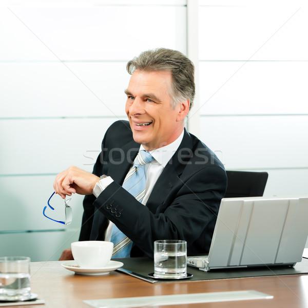 Senior Manager oder Chef in einem Meeting Stock photo © Kzenon