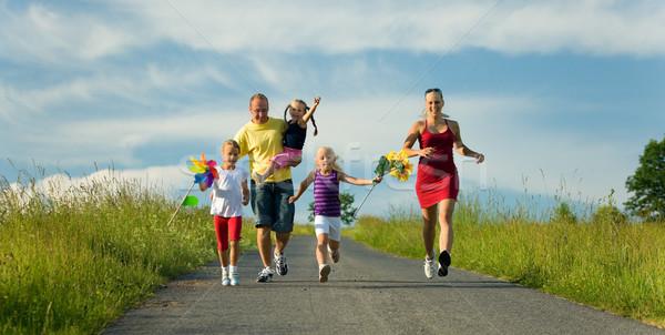 Сток-фото: семьи · играет · Футбол · счастливая · семья · футбола · хорошо