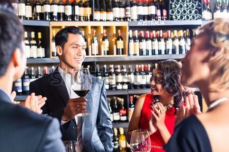 Asian para pitnej wino czerwone mówić wina Zdjęcia stock © Kzenon