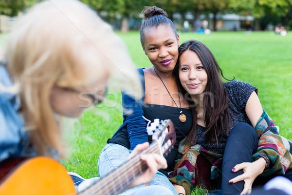 Znajomych śpiewu parku wraz Zdjęcia stock © Kzenon