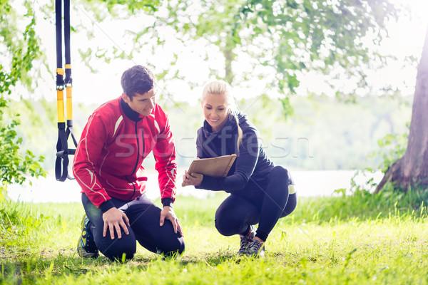 Man personal trainer vrouw gelukkig natuur fitness Stockfoto © Kzenon